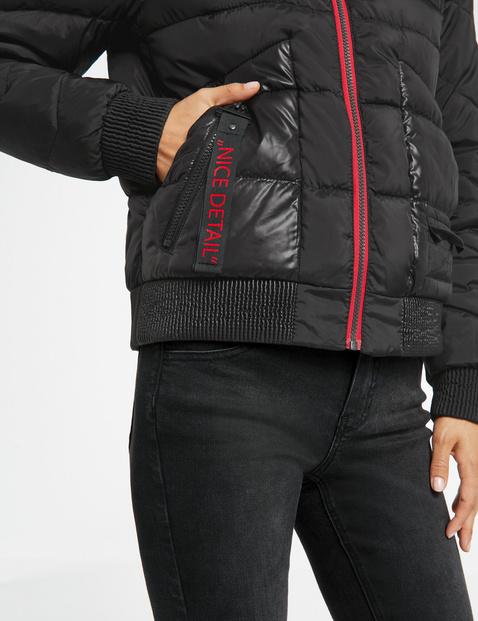 Pikowana kurtka z kontrastowymi detalami