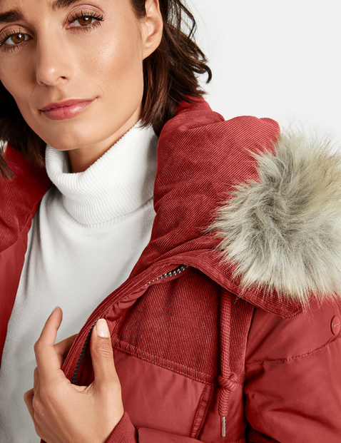 Gewatteerde mantel met patch van corduroy