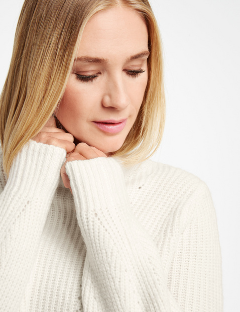 Jumper with a knit pattern