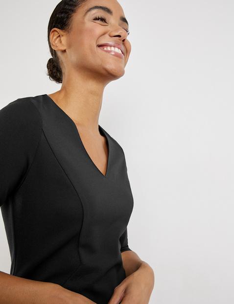 Figure-enhancing dress with 3/4-length sleeves
