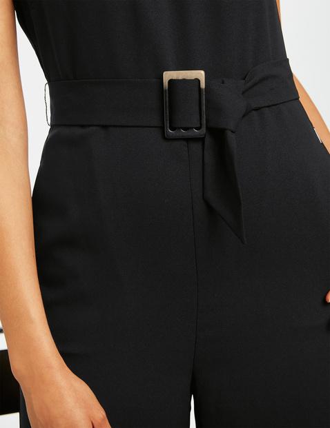 Elegant jumpsuit with a belt