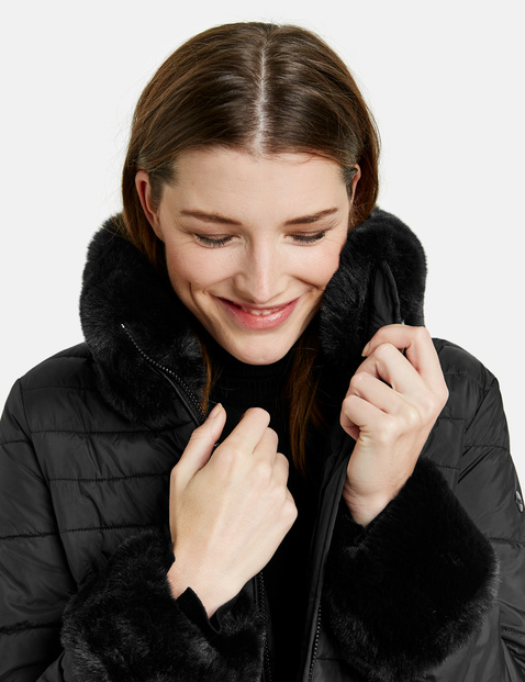 Kobiecy pikowany płaszcz ze sztucznym futerkiem
