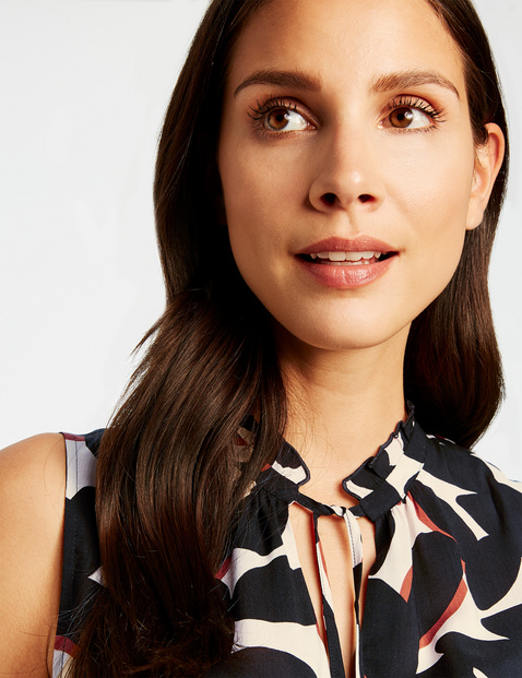 Sleeveless blouse with a frilled collar