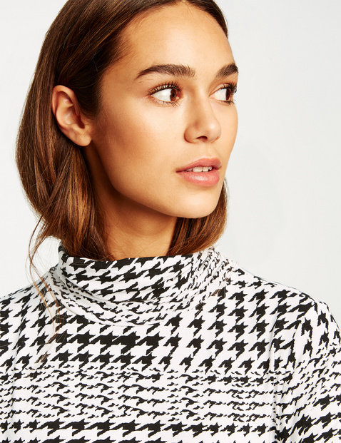 Long sleeve top with a houndstooth pattern