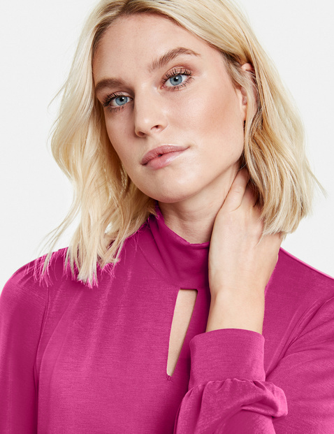 Feminine top with a stand-up collar