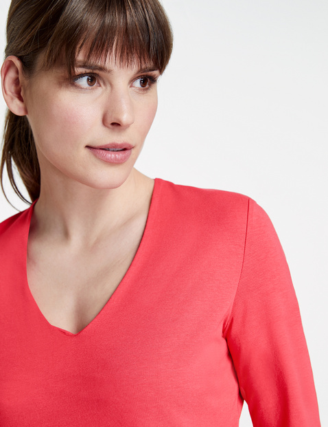 Basic top with a V-neckline