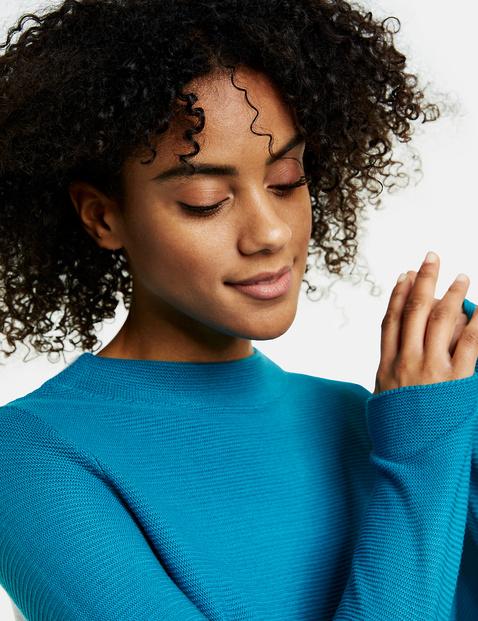 Sweter z tyłem w kontrastującym kolorze