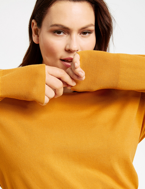 Basic jumper with a V-neckline