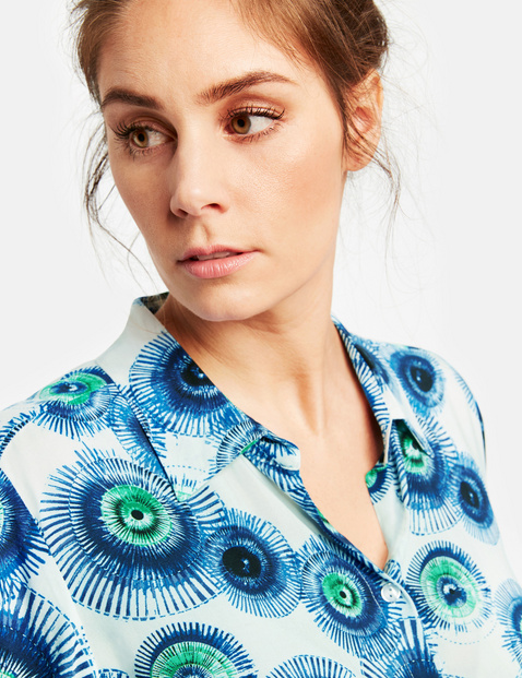 Long blouse with a bold print