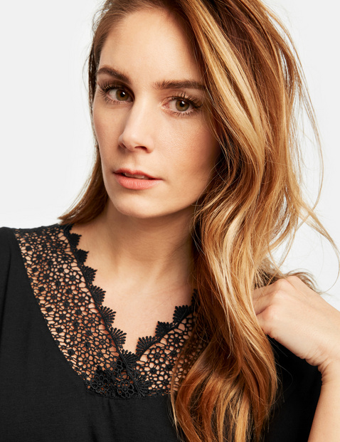 Casual top with lace