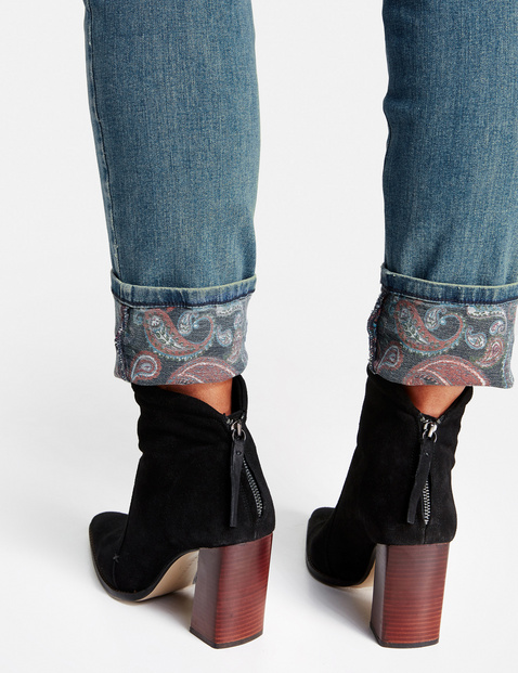 Betty jeans with a paisley-patterned turn-up hem