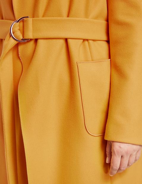 Krótki płaszcz z wiązanym paskiem