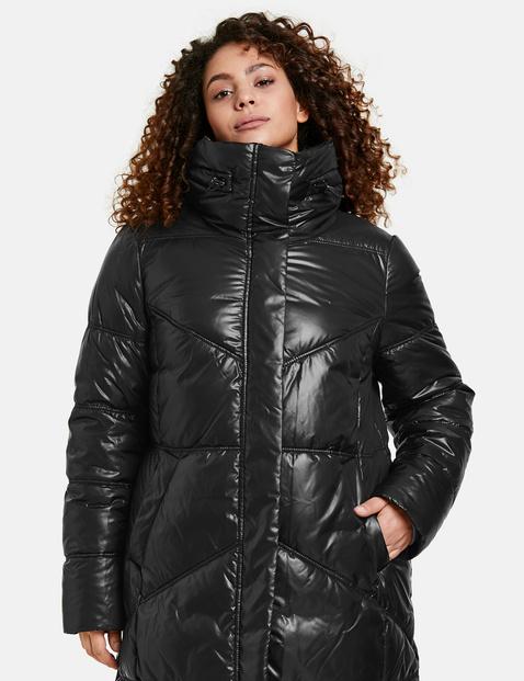 Błyszczący pikowany płaszcz