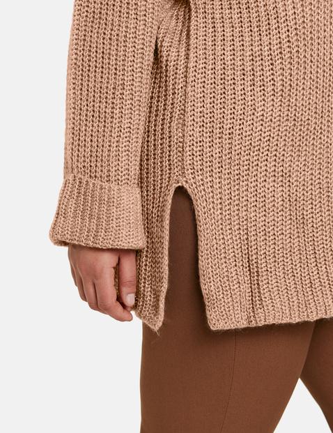 Sweter z rozcięciami po bokach