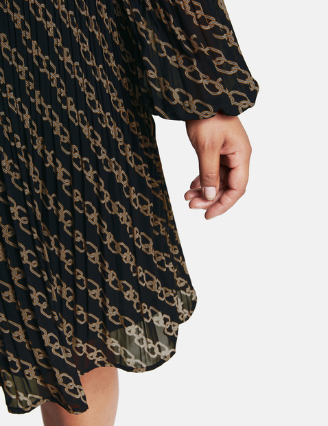 Pleated dress with a chain print
