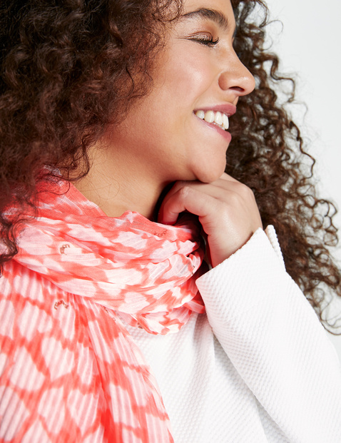 Pleated scarf with a heart print