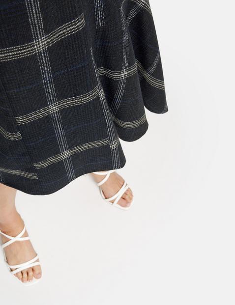 Skirt with an asymmetric hem