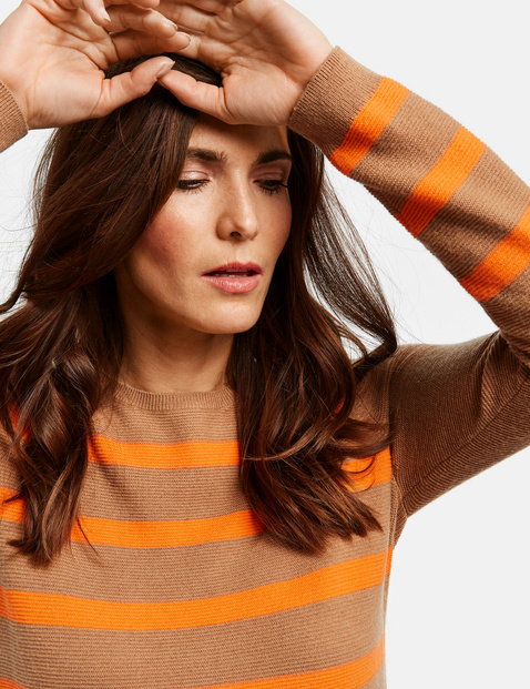 Sweter z motywami pasków
