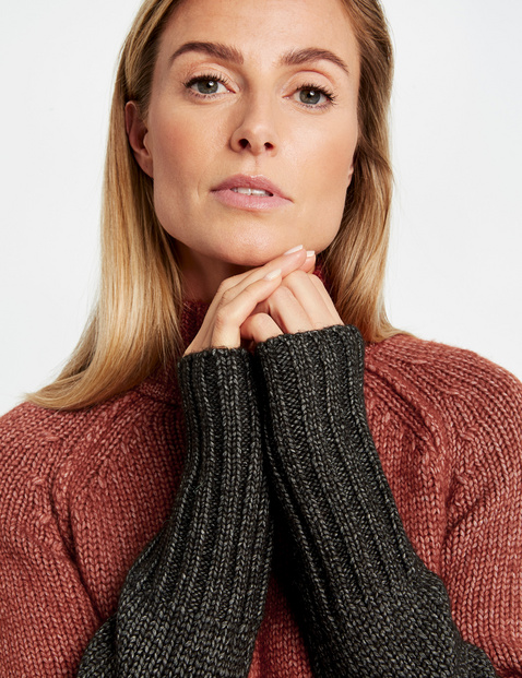 Jumper with colour-blocking