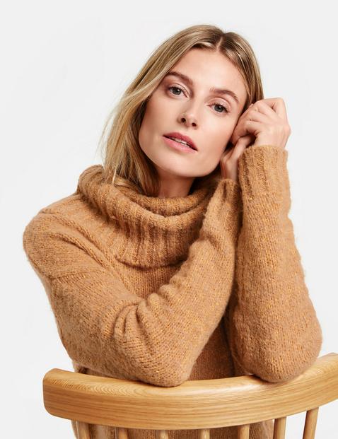 Sweter z obszernym golfem