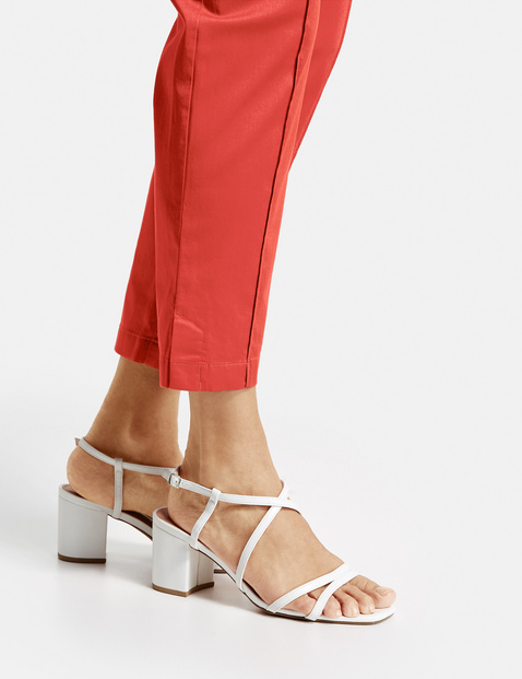 Trousers with vertical pintucks