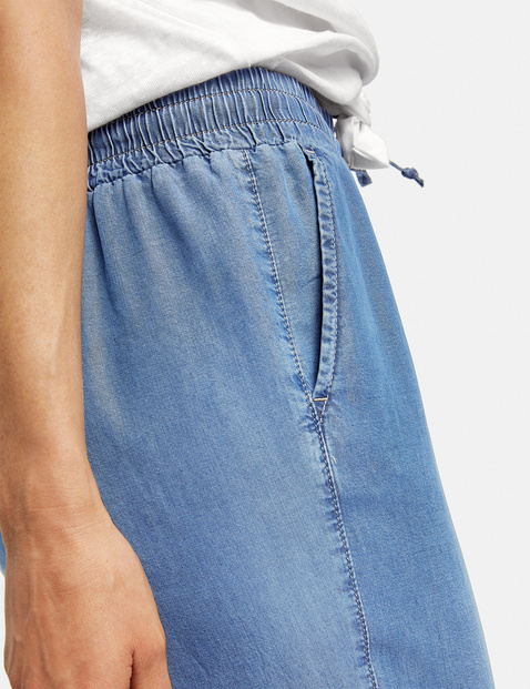 Loose Easy Fit trousers made of lyocell