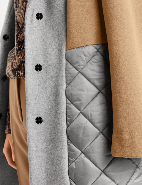 Mantel met patch van contrastmateriaal