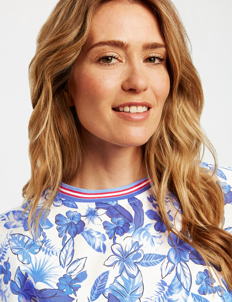 Oversized blouse with a floral pattern