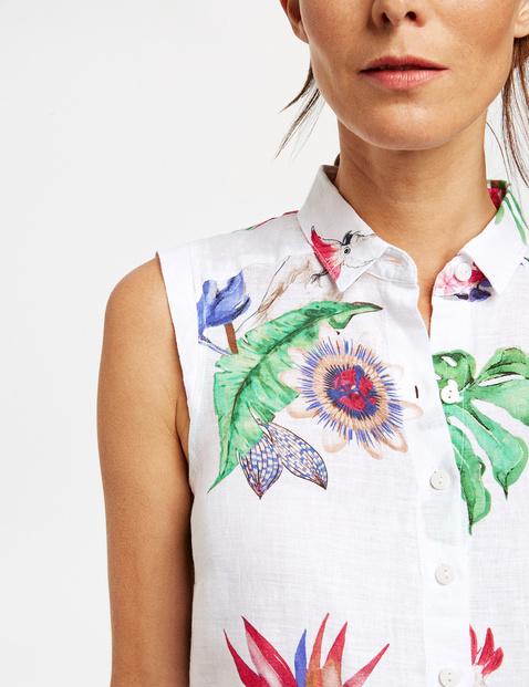Sleeveless blouse with a jungle print