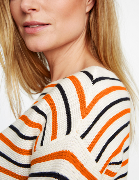 Jumper with fashionable stripes