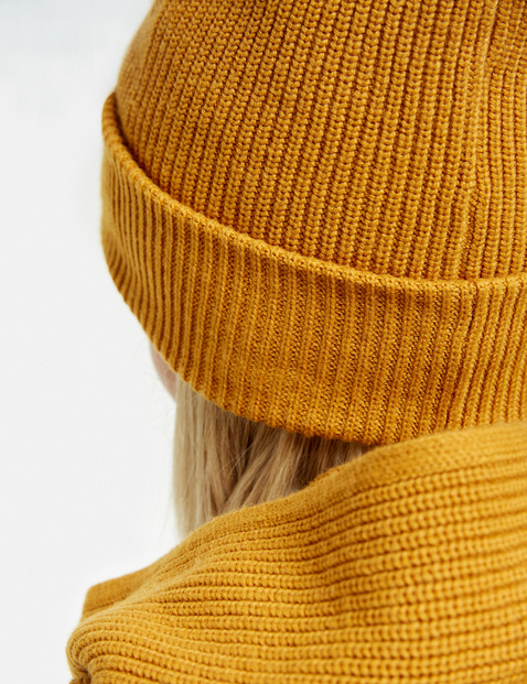 Hat with a ribbed texture