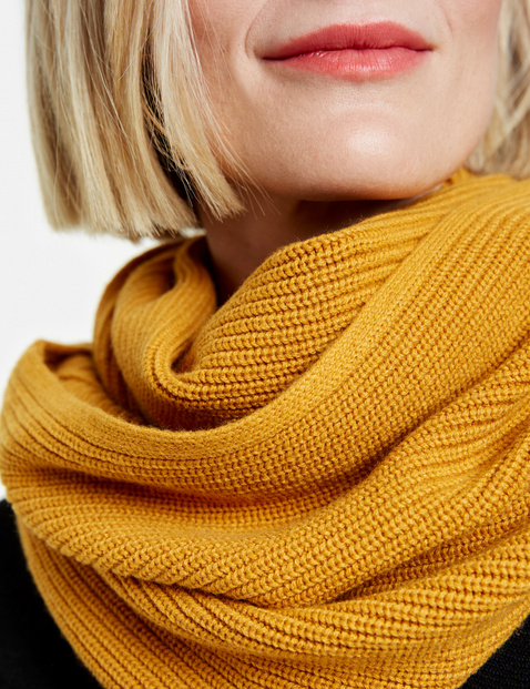 Snood with a ribbed texture