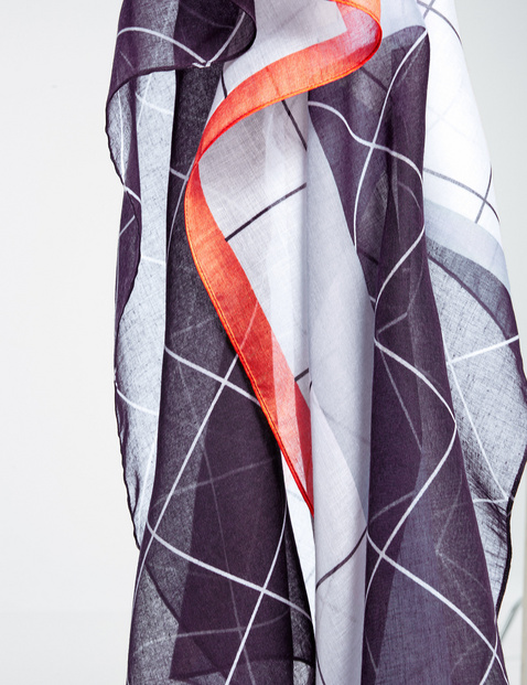 Scarf with a geometric pattern