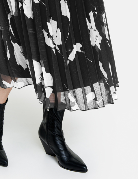 Pleated skirt with a contrasting pattern