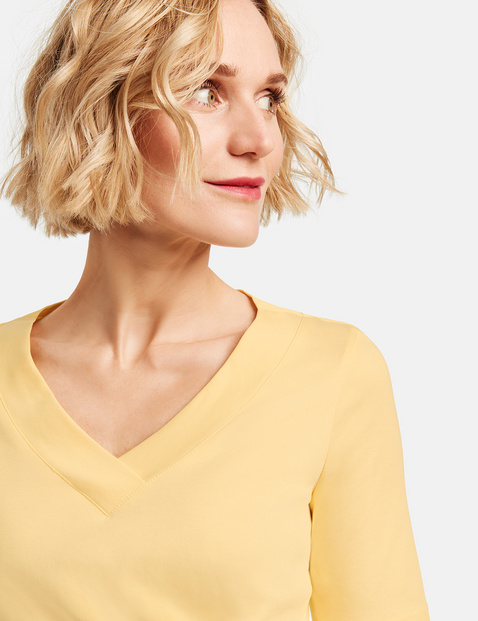 1/2-Length sleeve top with a V-neckline, made from organic cotton