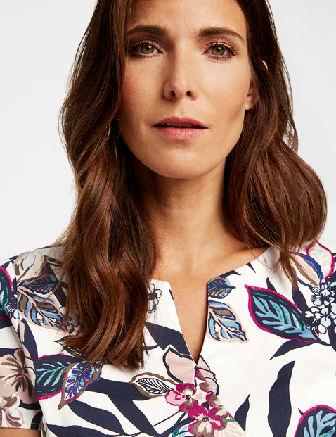 Dress with a floral print and mid-length sleeves