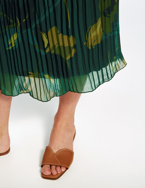 Patterned skirt with pleats