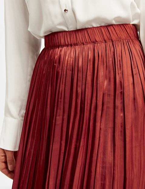 Skirt with crushed pleats