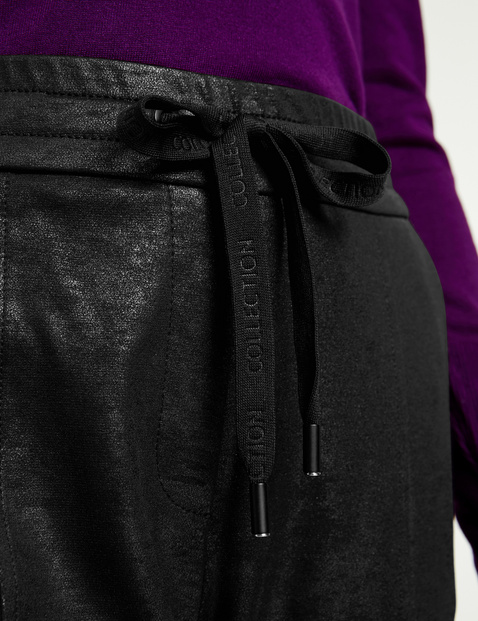 Spodnie dresowe o delikatnym połysku