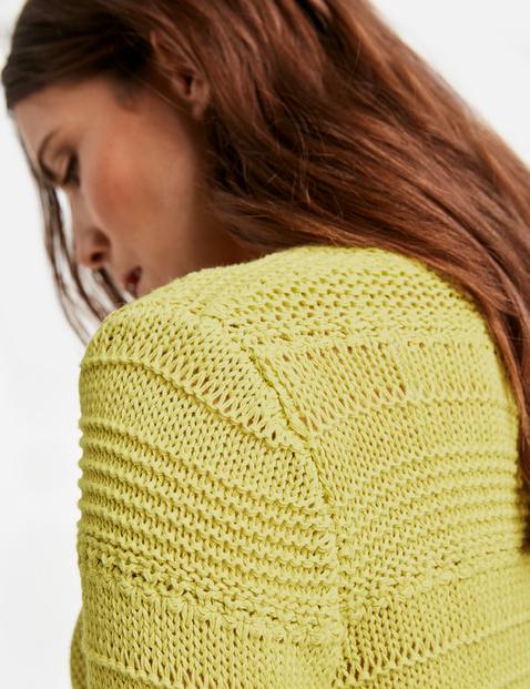 Sweter z przędzy tasiemkowej