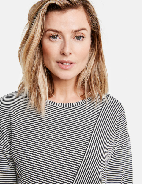 3/4 sleeve top with a panelled pattern
