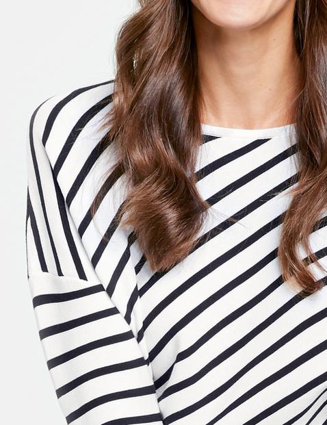 Pullover mit diagonalem Ringel